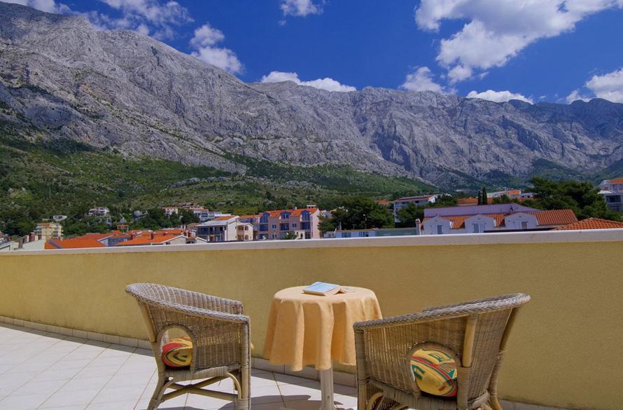apartman s terasom i pogledom na planinu
